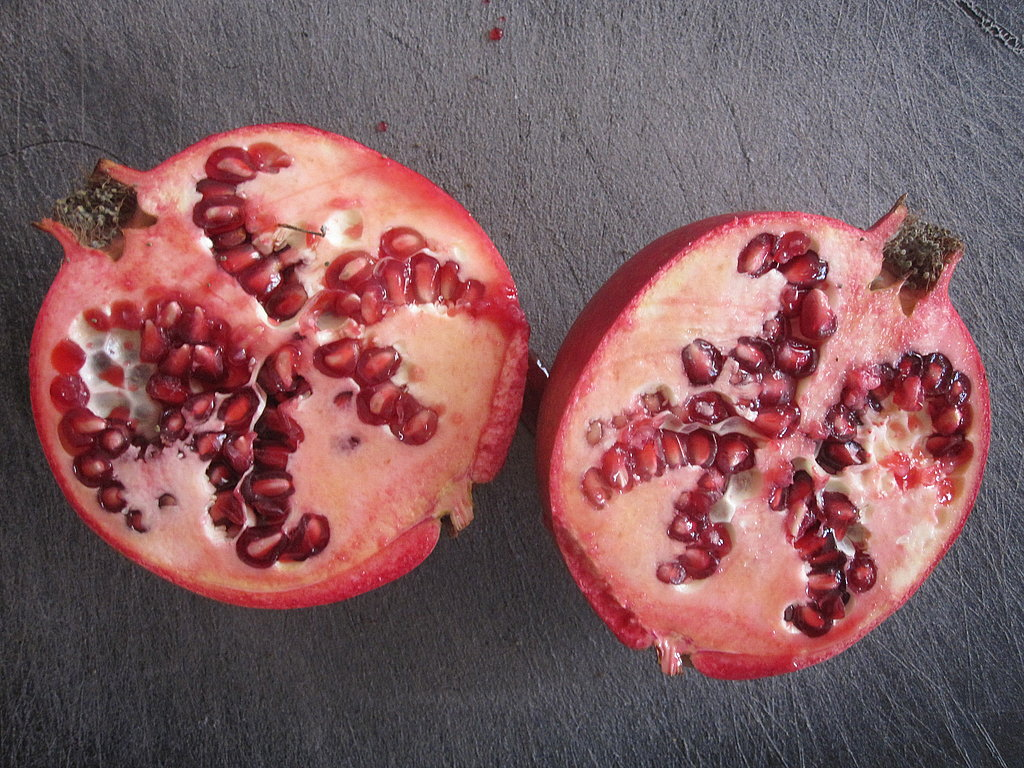 How to Seed a Pomegranate Without Water
