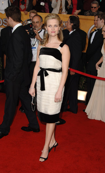 Reese Witherspoon was sweet and chic in black and white at the 2006 awards.