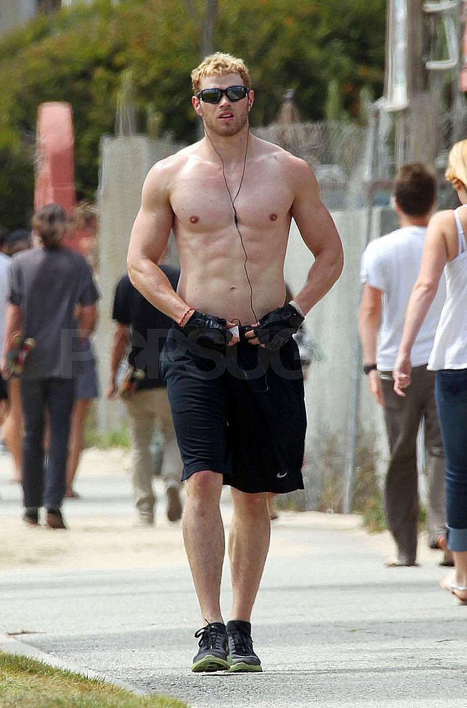 [Image: Pictures-Shirtless-Kellan-Lutz-Running-Beach.jpg]