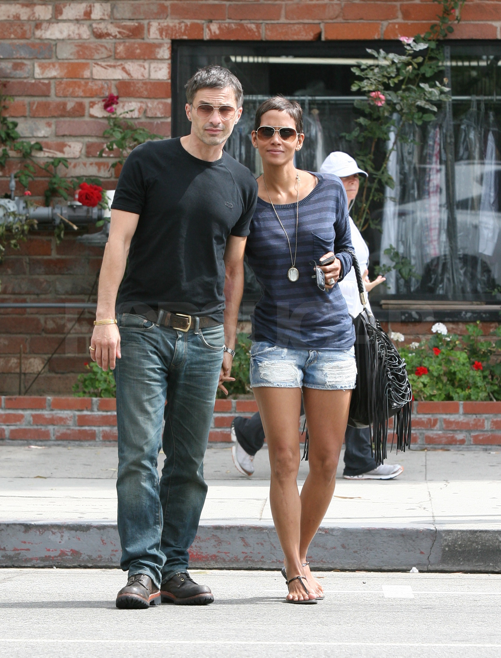 Halle Berry and Olivier Martinez carefully crossed the street together.