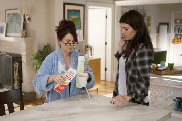 Megan Mullally as Dana and Casey Wilson as Penny on Happy Endings.
