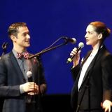 Anne Hathaway and Joseph Gordon-Levitt Singing in French