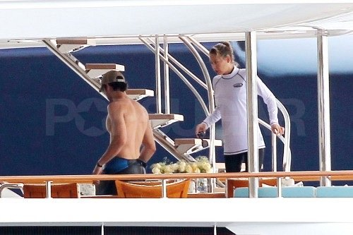 Shirtless Enrique and Bikini-Clad Anna End 2011 With a Tropical Getaway
