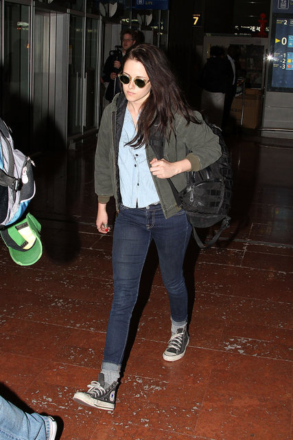 Pictures of Twilight Star Kristen Stewart Wearing Jeans at LAX Airport in Los Angeles Before Boarding Flight to Paris