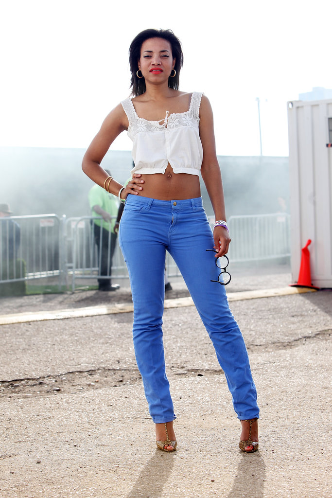 R&B artist Alice Smith embraces the bright jeans trend wholeheartedly. To complement the Spring trend, she wore a sweet crop top and textured T-strap heels.