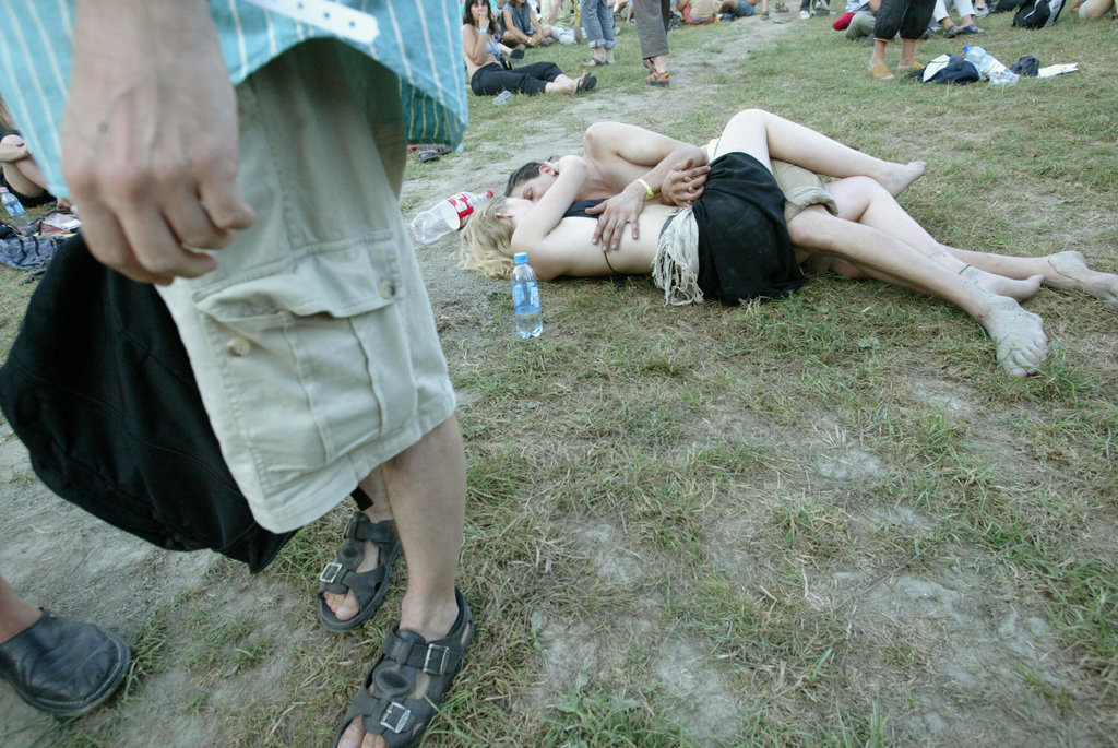A pair got cozy at European youth fest Island Festival in Budapest.