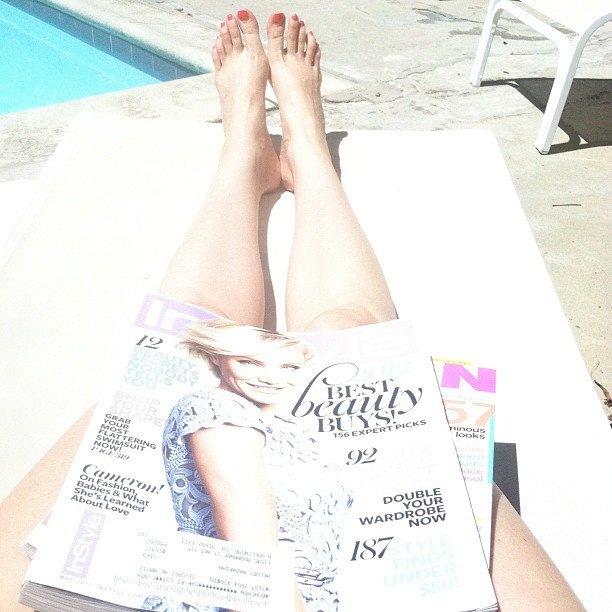 CelebStyle enjoys some poolside reading.