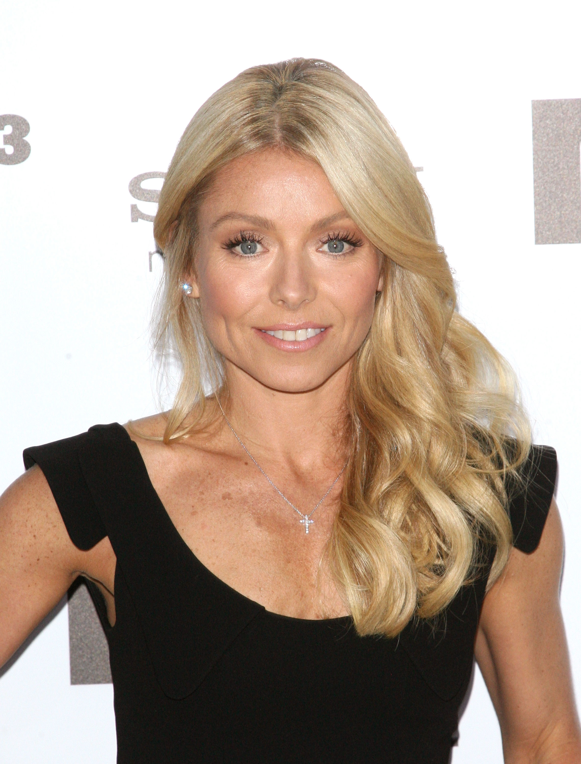 The 46-year old daughter of father Joseph Ripa and mother Esther Ripa, 157 cm tall Kelly Ripa in 2017 photo