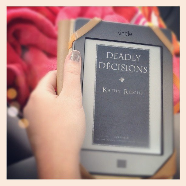 I got my murder mystery fix on vacation with Kathy Reichs's Deadly Décisions.