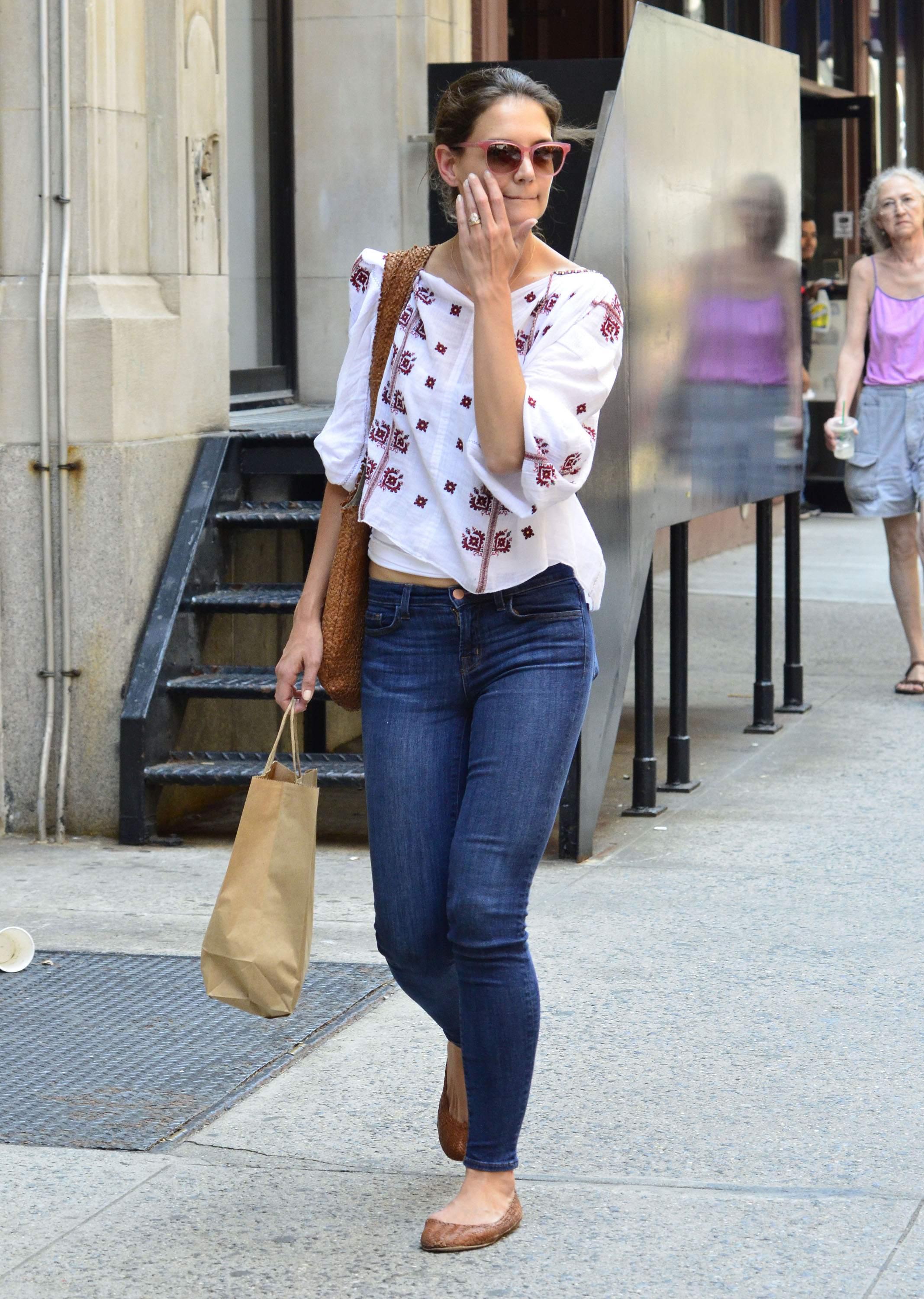 Katie Holmes with a weight of 54.4 kg and a feet size of 11 in favorite outfit & clothing style