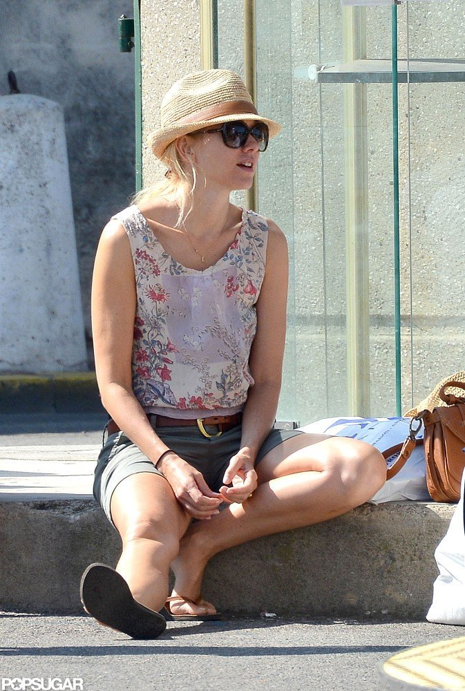 Naomi Watts took a seat on the sidewalk.