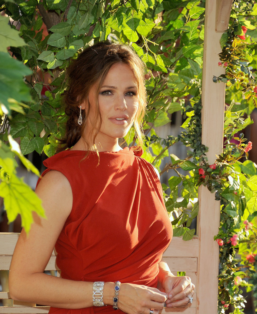 Jennifer Garner looked stunning in a red dress.