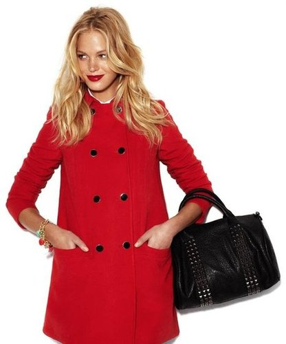 A classic red coat styled with an edgier black tote — a Fall win-win from Blanco.