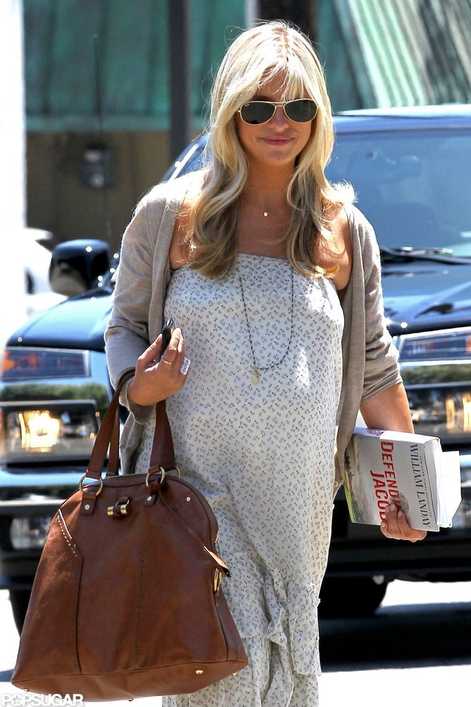 Sarah Michelle Gellar carried her book with her.