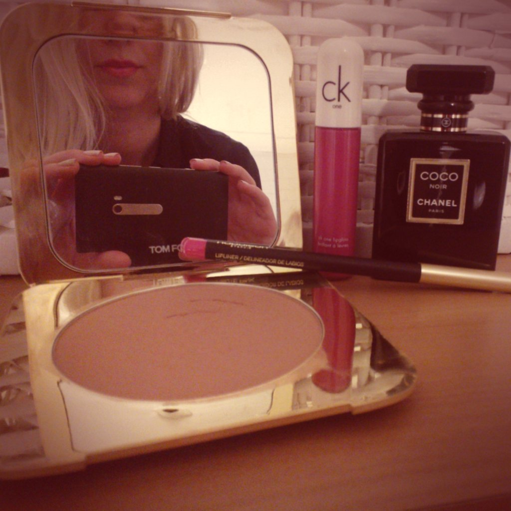 I went very ladylike on Tuesday with Chanel and bright pink CK One Color gloss. Everyday is like dress-ups on my face...