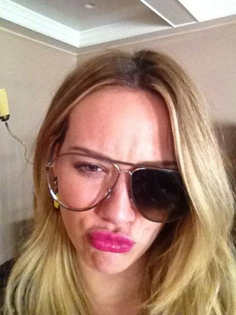 Hilary Duff had an issue with her sunglasses. Source: Twitter user HilaryDuff
