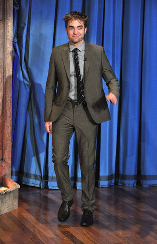 Robert Pattinson wore a suit to appear to the show.