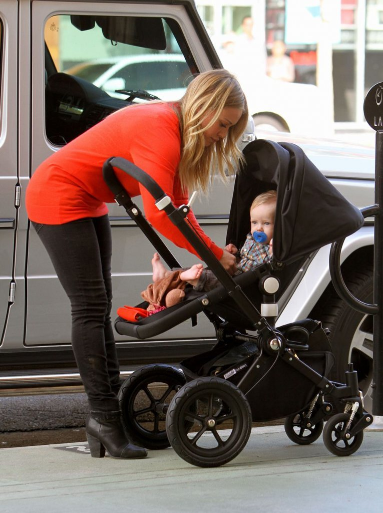 Hilary Duff secured Luca Comrie in his stroller.
