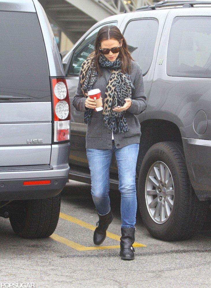 Jennifer Garner walked around her car.