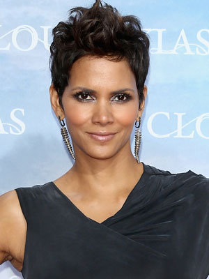 Halle stuns in cut-out dress: Halle Berry HFPA Banquet