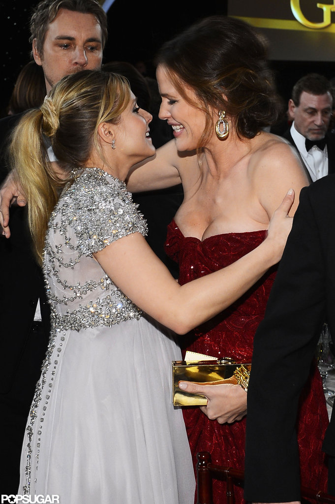 Pregnant Kristen Bell hugged Jennifer Garner inside the Golden Globes.
