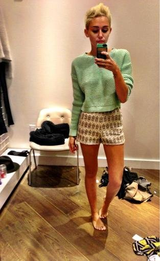 Miley Cyrus tried on clothes in a dressing room. Source: Twitter user MileyCyrus