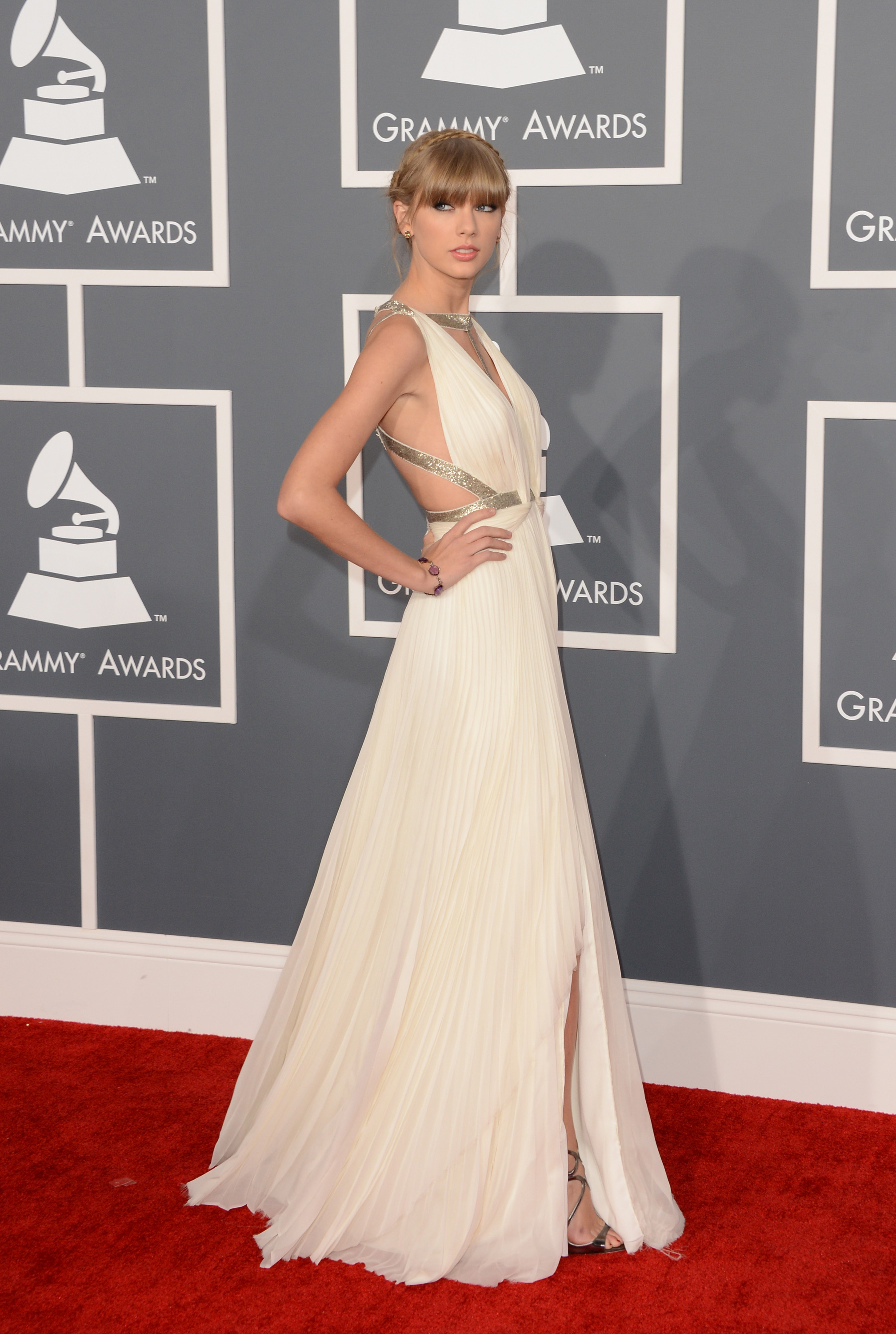 Before opening the show with a performance, Taylor Swift took to the red carpet in a creamy J. Mendel gown.