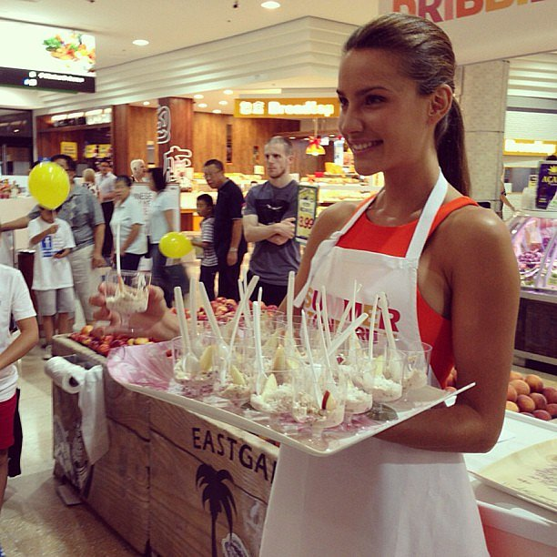 Rachael Finch promoted muesli at a shopping centre. Source: Instagram user rachael_finch
