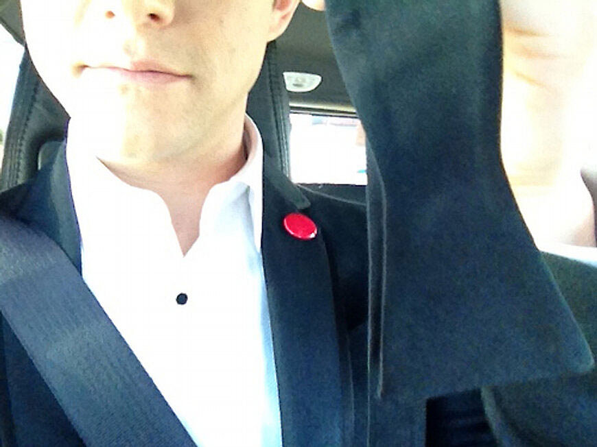 "Joseph Gordon-Levitt is hoping his ""hot date"" knows how to tie a bow tie!  Source: Twitter user hitRECordJoe"