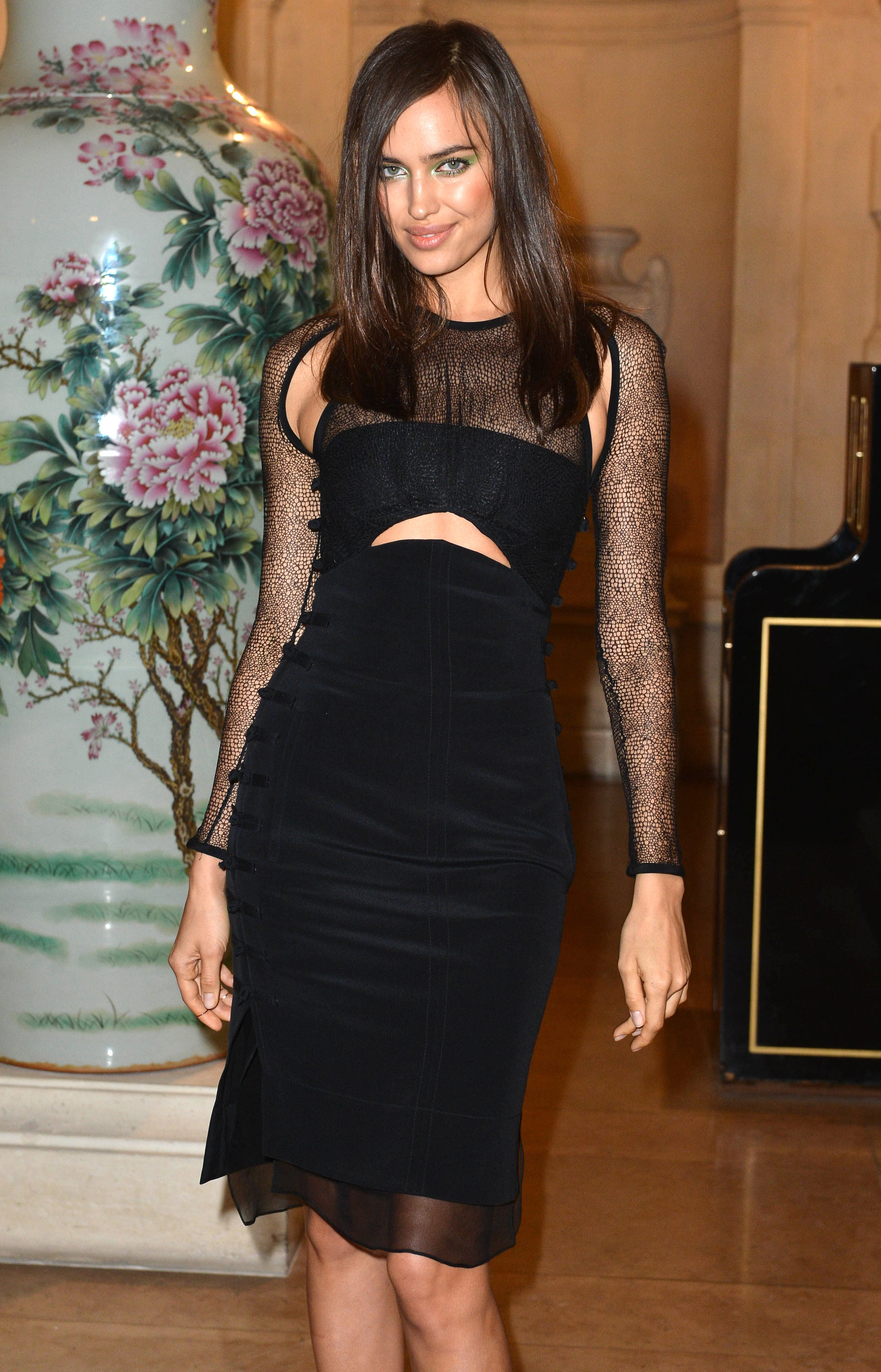 Send My Love Capítulo 26 Model-Irina-Shayk-wore-black-velvet-cut-out-dress-CR-Fashion