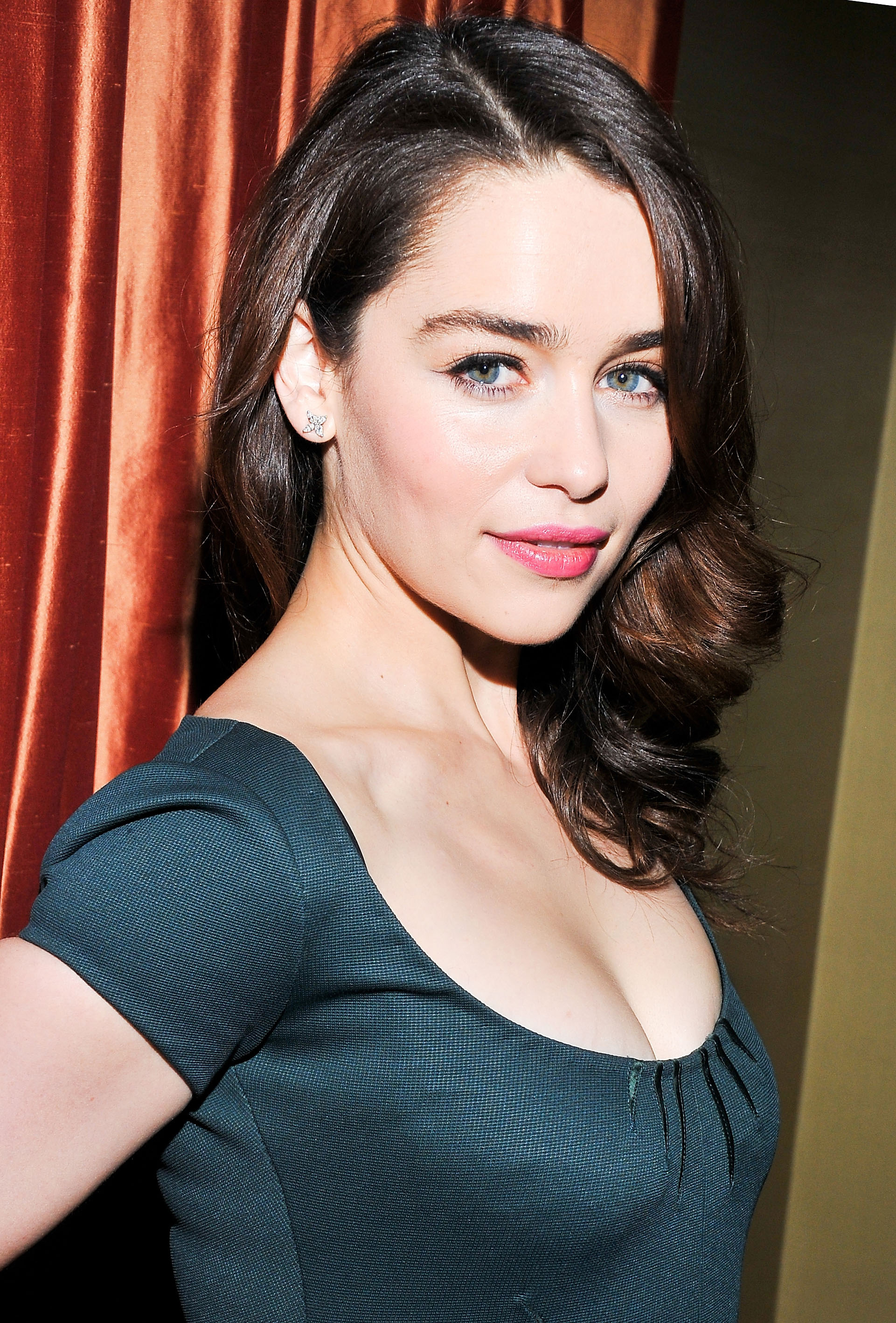 With her naturally brunet hair, Emilia Clarke looks ...