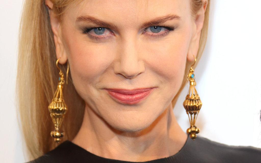 Nicole Kidman wore ornate gold earrings.