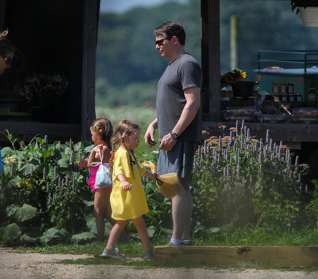 Matthew Broderick and his twin daughters stopped by a produce stand with Sarah Jessica Parker. Source: Nitro News