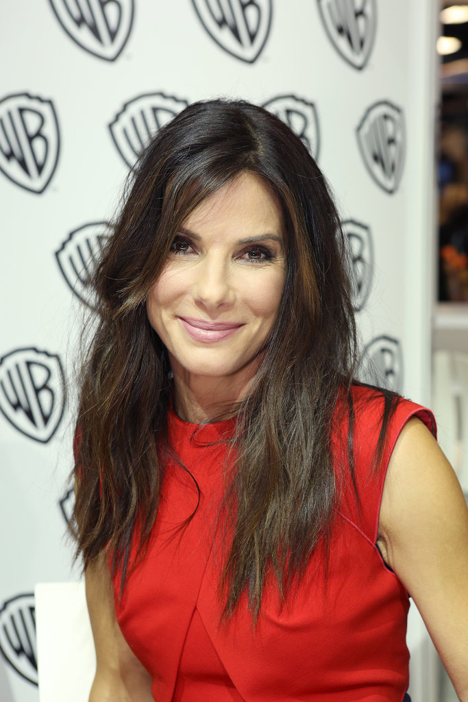 Sandra Bullock made an appearance at Comic-Con sporting her natural texture and a casual makeup palette.