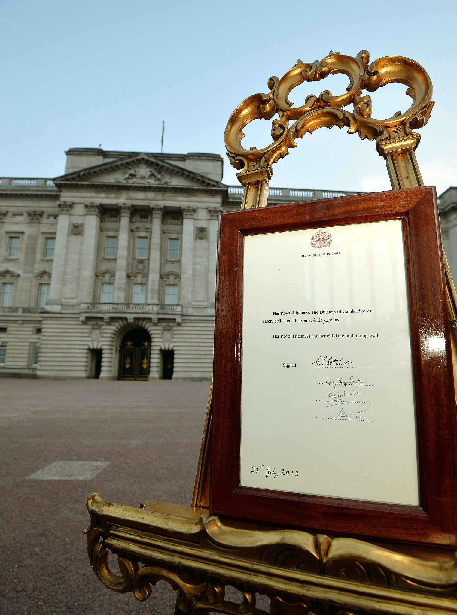 Following tradition, the birth announcement was placed on an easel outside Buckingham Palace.