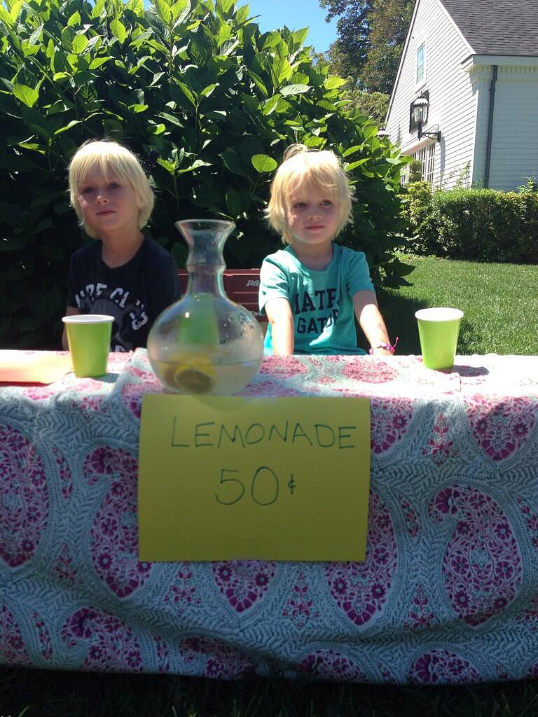 Liev Schreiber's tots opened up their own lemonade stand outside their home. Source: Twitter user LievSchreiber