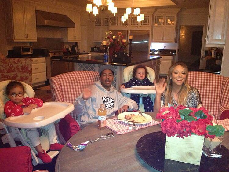 Mariah Carey had a family meal with Nick Cannon and their twins, Monroe and Moroccan.  Source: Twitter user mariahcarey