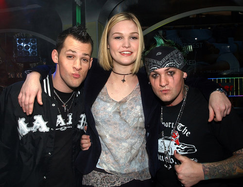 Julia Stiles posed with the guys of Good Charlotte on TRL in 2003.