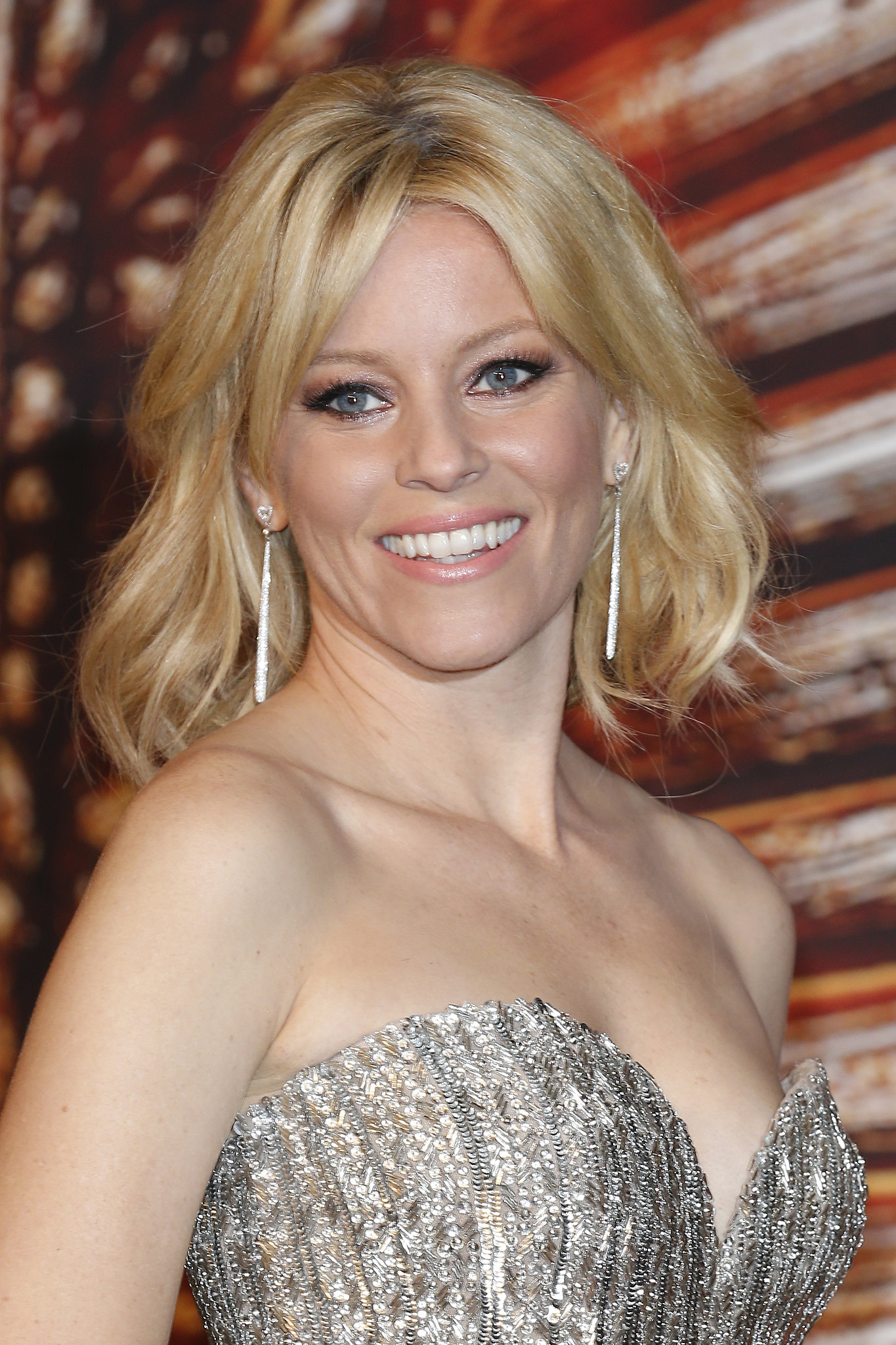 From her beaded gown to her voluminous waves, Elizabeth Banks went full bombshell. She chose a glamorous smoky eye to complete the look.