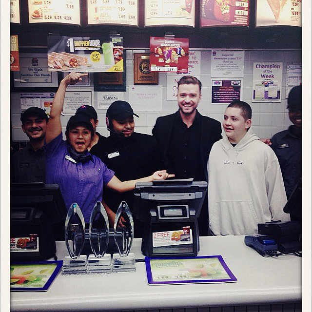 Justin Timberlake snapped pictures with Taco Bell employees during his late-night stop after the People's Choice Awards. Source: Instagram user justintimberlake