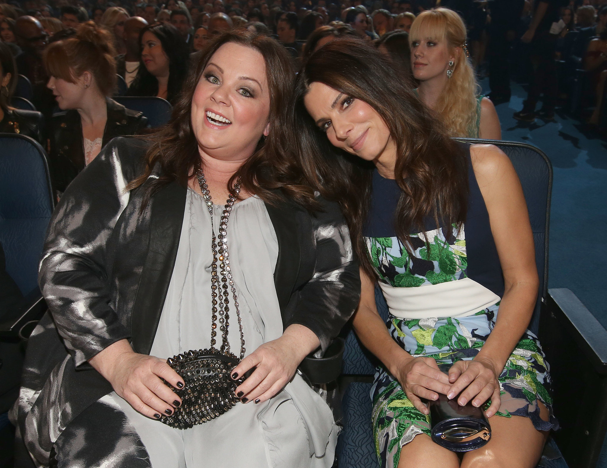 Pals Sandra Bullock and Melissa McCarthy got seats next to each other inside the People's Choice Awards.