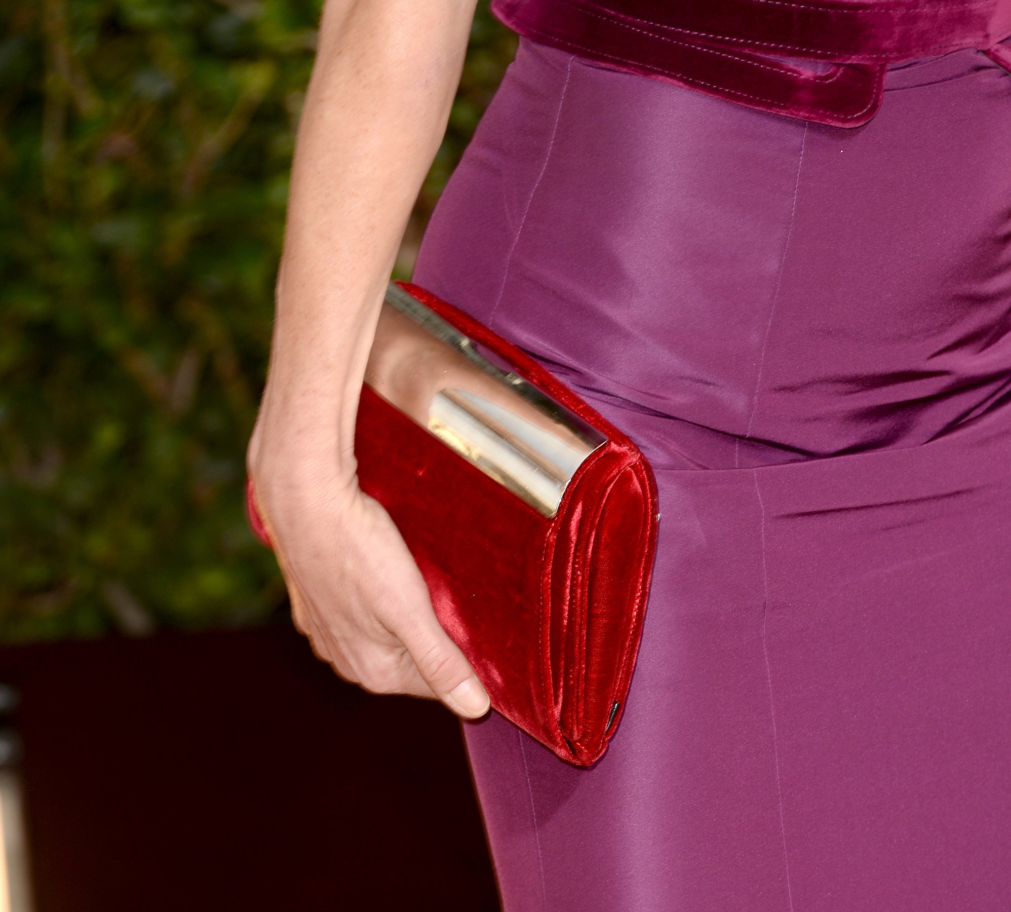 You can't miss Julie Bowen's fiery red clutch.
