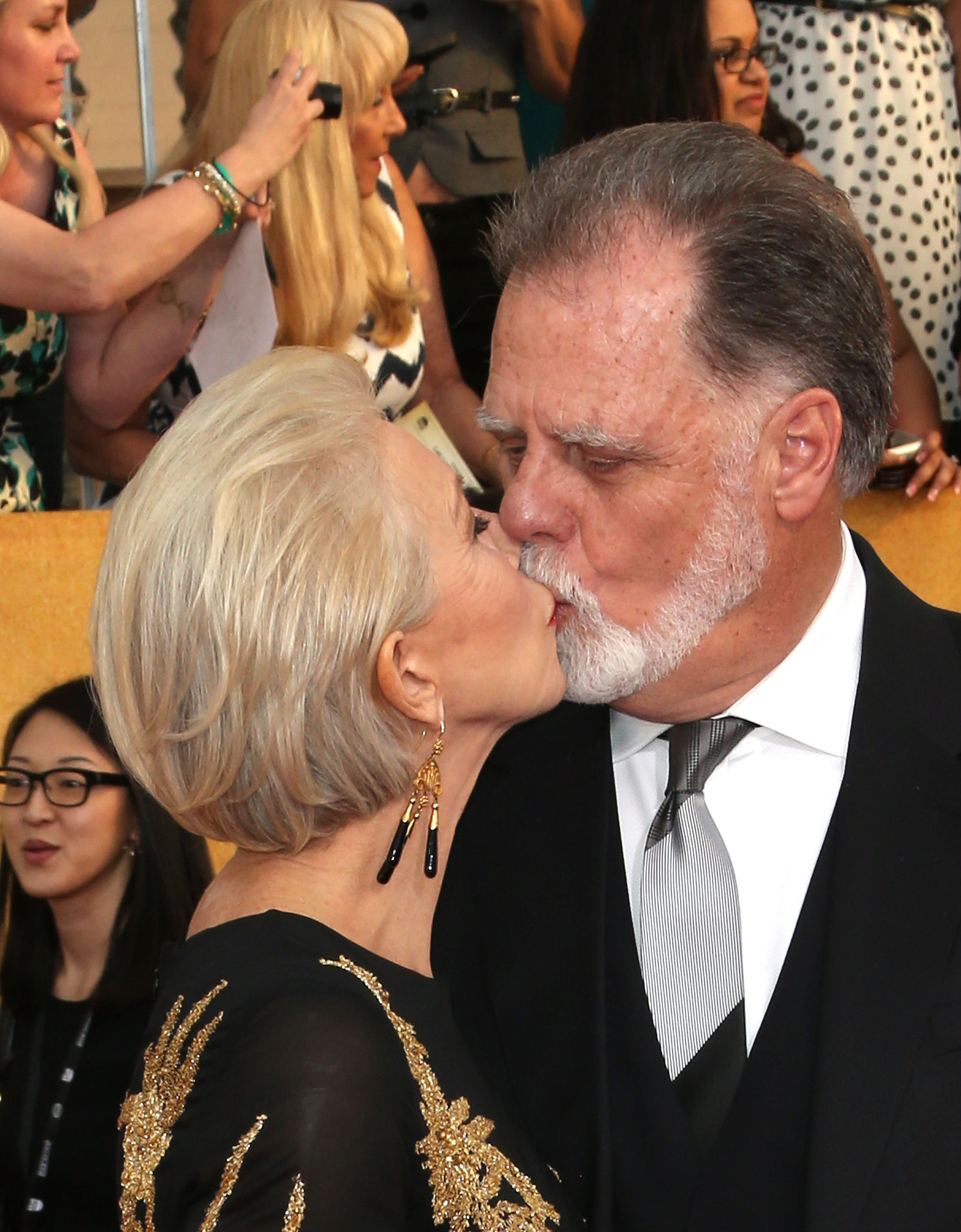 Helen Mirren gave her husband, Taylor Hackford, a kiss while walking the SAG Awards red carpet.