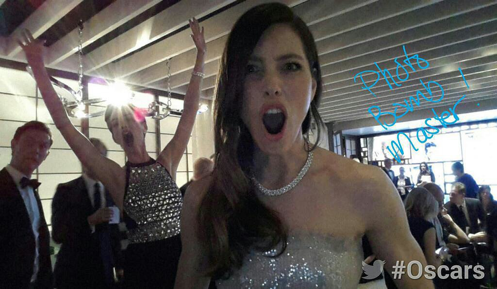 Jessica Biel was photobombed by Anne Hathaway backstage at the Oscars. Source: Twitter user TheAcademy
