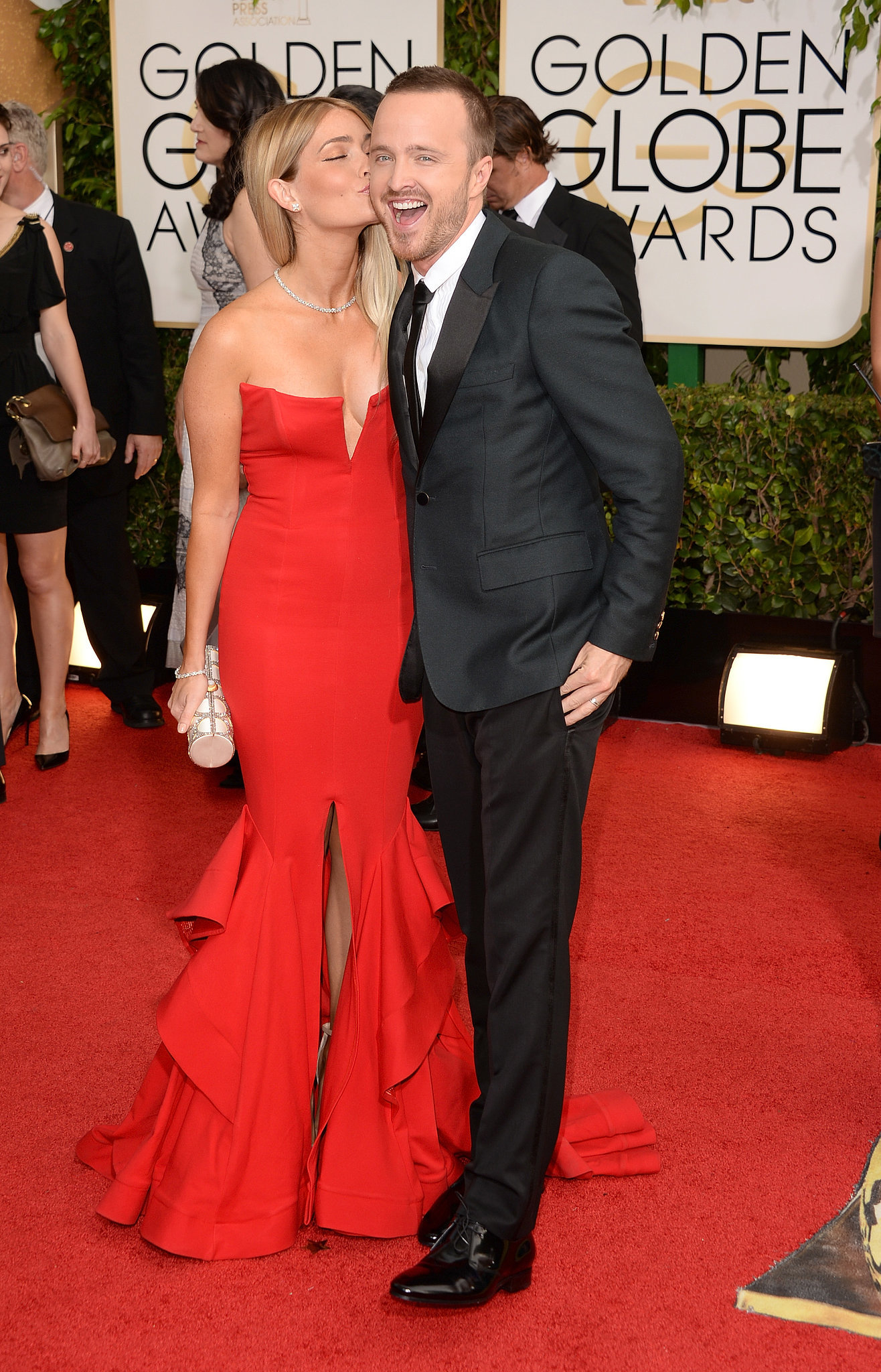 Aaron Paul got a sweet kiss on the cheek from his new wife, Lauren Parsekian, at the Golden Globes.
