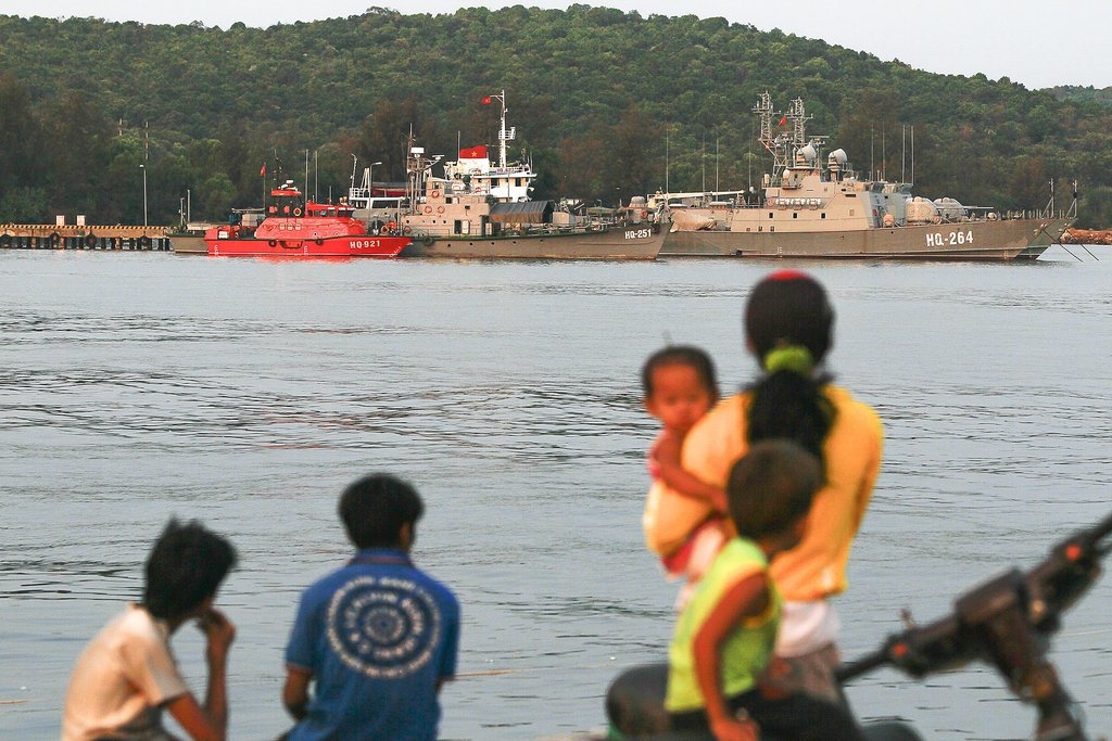 A family on Saturday took in the view near a local naval base at Phú Quoc island in southern Vietnam. The plane lost contact with air traffic controllers while flying above the nearby sea.