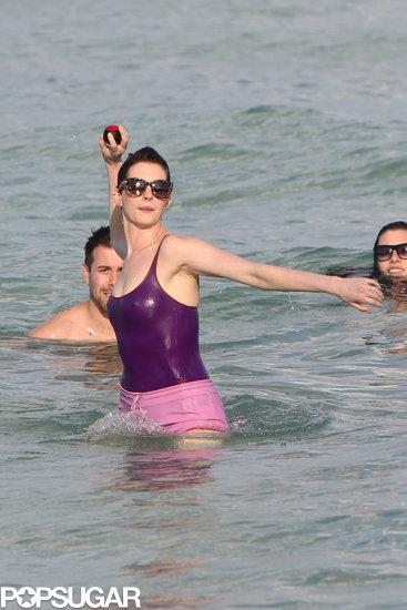 celebrityAnne-Hathaway-Adam-Shulman-Miami-Beach