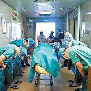 Photo of Chinese Doctors Bowing to 11-Year-Old Boy