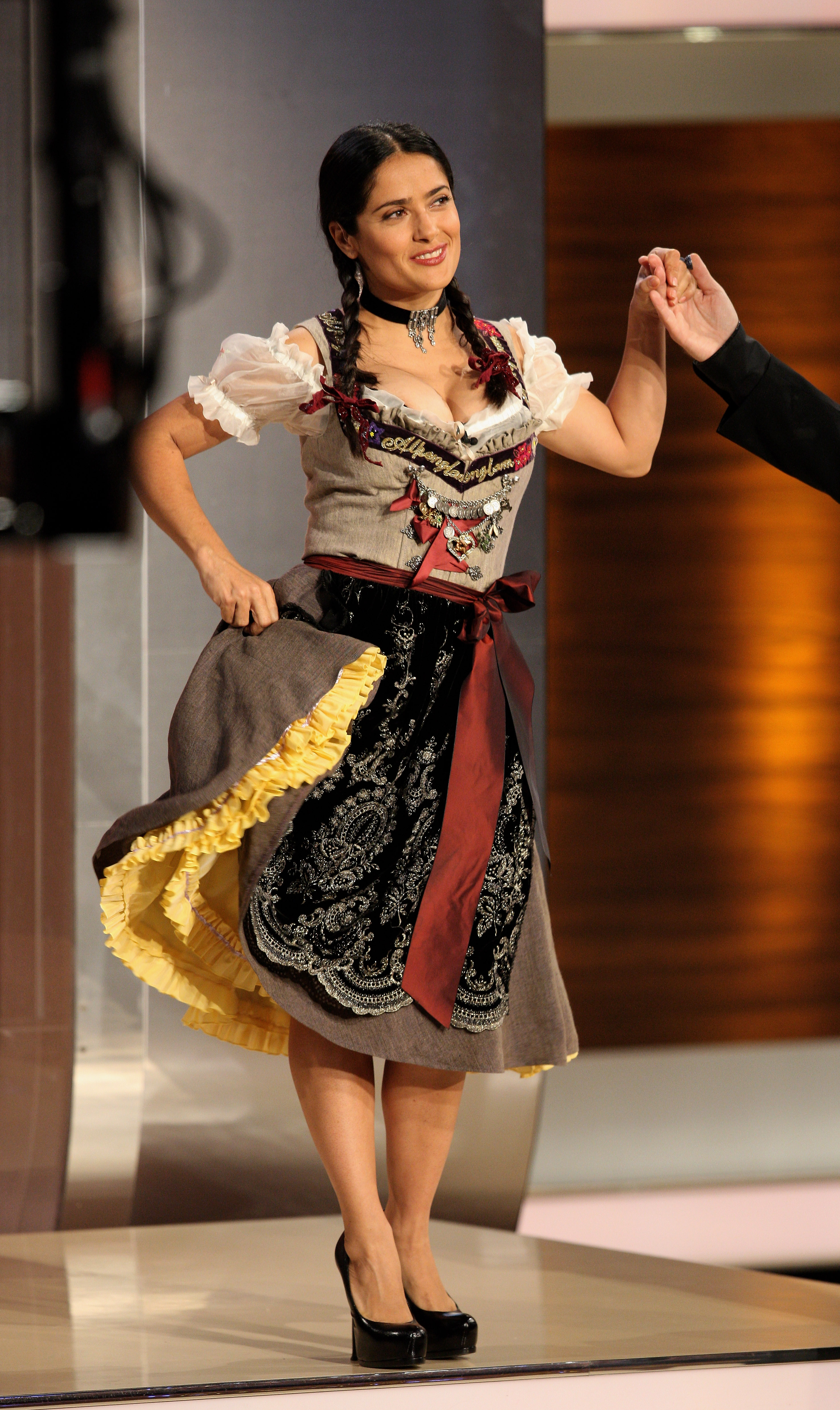 salma hayek ein prosit auf die sch nsten dirndl der. Black Bedroom Furniture Sets. Home Design Ideas