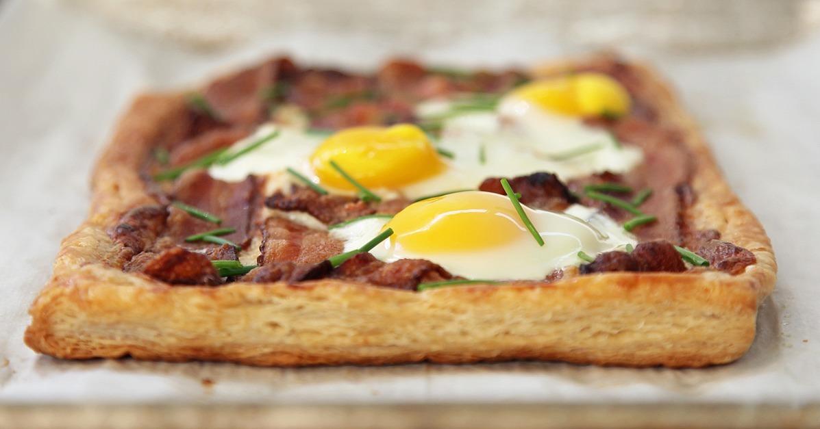 bacon and egg breakfast tart recipe tiphero quick easy bacon egg ...